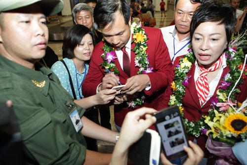 Nhà Hoàng Xuân Vinh tấp nập fan tới chiêm ngưỡng HCV Olympic - 12
