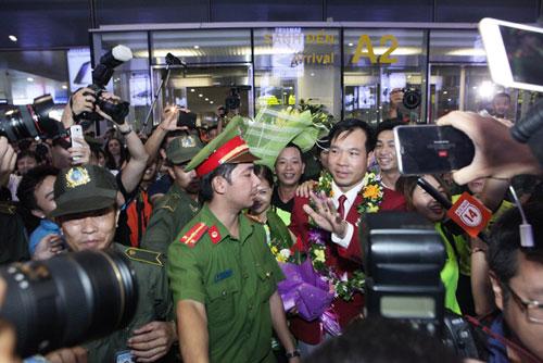 Nhà Hoàng Xuân Vinh tấp nập fan tới chiêm ngưỡng HCV Olympic - 13