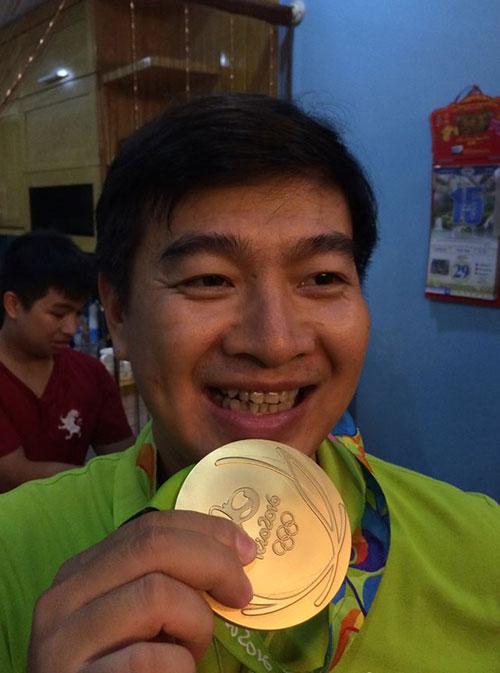 Nhà Hoàng Xuân Vinh tấp nập fan tới chiêm ngưỡng HCV Olympic - 4