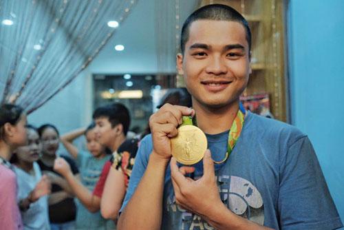 Nhà Hoàng Xuân Vinh tấp nập fan tới chiêm ngưỡng HCV Olympic - 5