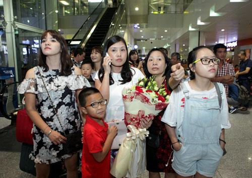 Nhà Hoàng Xuân Vinh tấp nập fan tới chiêm ngưỡng HCV Olympic - 8