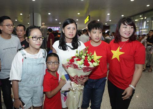Nhà Hoàng Xuân Vinh tấp nập fan tới chiêm ngưỡng HCV Olympic - 9