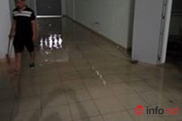 """Hà Nội: Bục bể nước tầng thượng, """"lũ quét"""" qua chung cư - 4"""