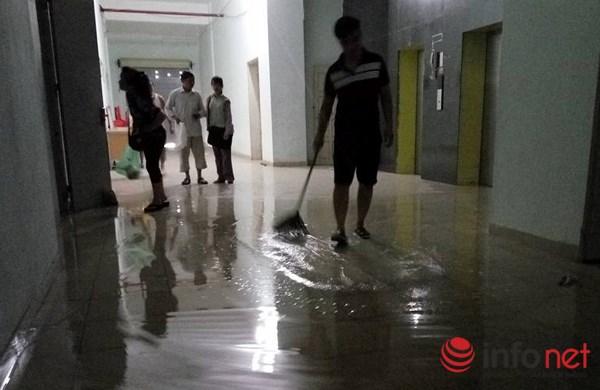 """Hà Nội: Bục bể nước tầng thượng, """"lũ quét"""" qua chung cư - 5"""