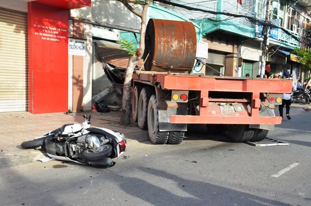 TPHCM: Container cuốn 2 phụ nữ vào gầm, 1 người tử vong - 1