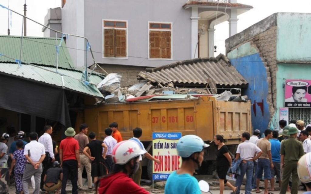 Xe đổ đất lao thẳng vào quán ăn, khách nháo nhào bỏ chạy - 1