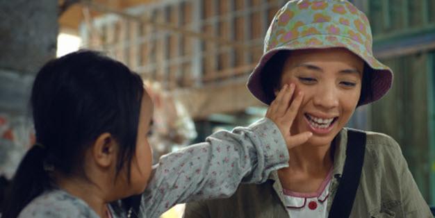 Xúc động với MV về người mẹ Việt bị thiểu năng - 1