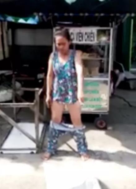 Bị dẹp hàng rong, cô gái trẻ tụt quần thách thức - 1
