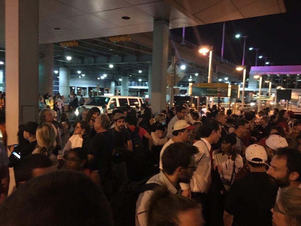 Sơ tán sân bay New York vì báo cáo có tiếng súng nổ - 2