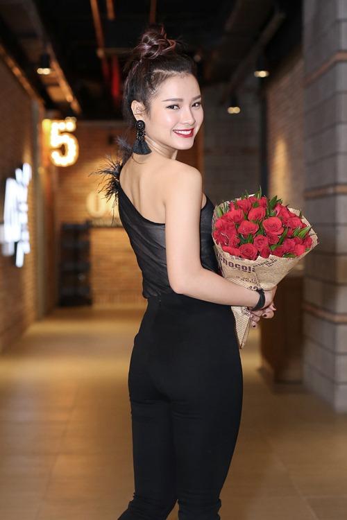 Phương Trinh Jolie nóng bỏng bên mẫu Tây trong MV mới - 3