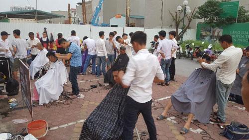 Ấm lòng nhóm thanh niên cắt tóc miễn phí ở Hà Nội - 1