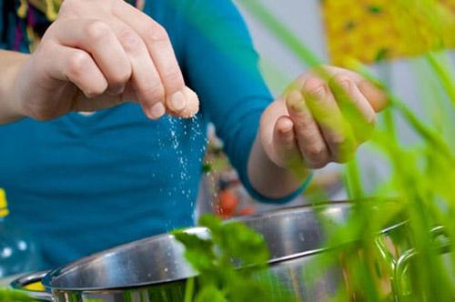 Nguy hại khôn lường khi vô tình cho trẻ ăn quá nhiều muối/ngày - 2