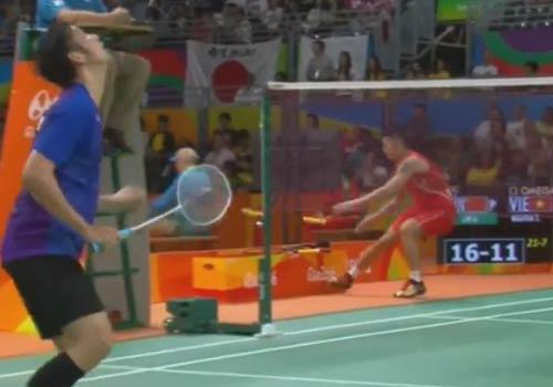 Lin Dan gây chú ý: Vừa đấu Tiến Minh vừa thay vợt - 1