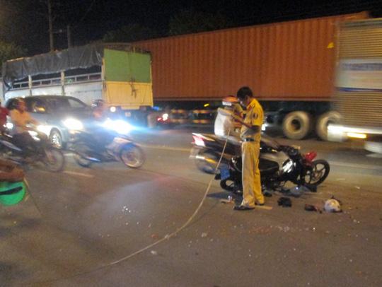 Lấn làn tông trực diện xe tải, 2 thanh niên nguy kịch - 1