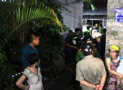 Cứu cụ bà 70 tuổi ra khỏi căn nhà cháy ở Sài Gòn - 1
