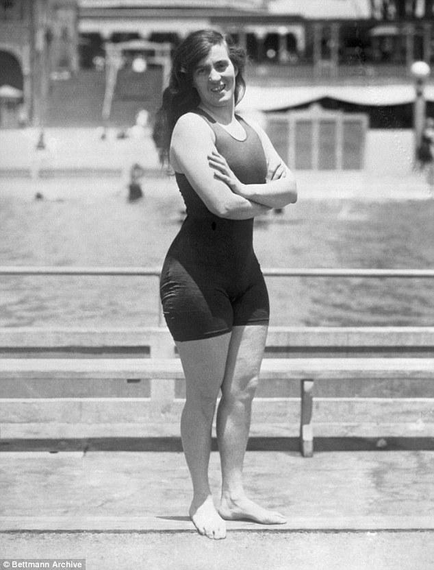 """Đồ bơi tại Olympic ngày càng """"thoáng đãng"""" - 2"""