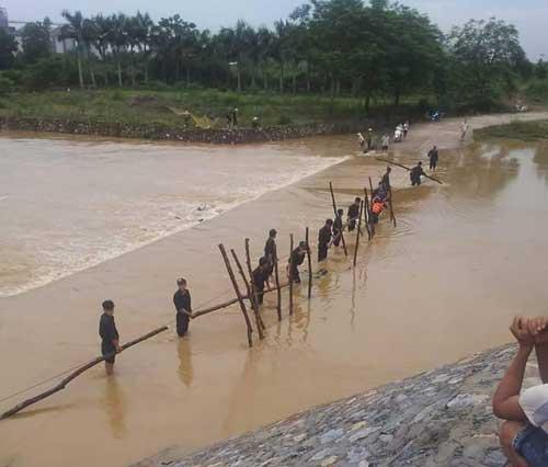 Hòa Bình:Tìm thấy 2 công nhân bị lũ cuốn khi tắm suối - 1