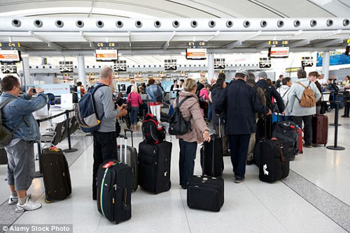 Mỹ: Dân mạng xôn xao vì cô gái mặc quần 5cm ở sân bay - 2