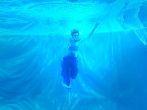 Thí sinh Vietnam's Next Top Model hóa vũ công dưới nước đầy ấn tượng - 1