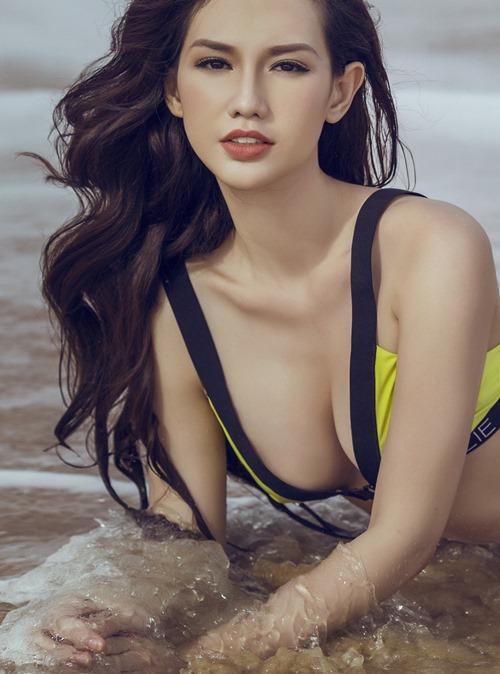 Quỳnh Chi táo bạo khoe đường cong trên biển - 3