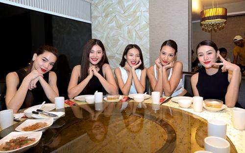 Hà Hồ du ngoạn Singapore cùng các học trò chân dài - 7