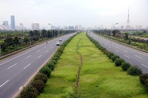 Chi 53 tỷ cắt cỏ tỉa cây, đại lộ Thăng Long vẫn như rừng - 10