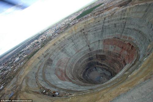 """Khám phá hố khổng lồ """"đẻ"""" kim cương nhiều nhất thế giới - 3"""