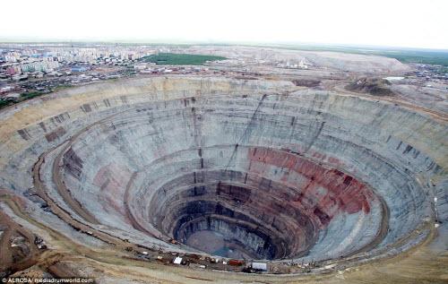 """Khám phá hố khổng lồ """"đẻ"""" kim cương nhiều nhất thế giới - 4"""