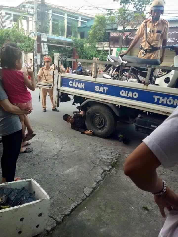 Bị dừng xe, nam thanh niên nằm ôm bánh xe CSGT ăn vạ - 1