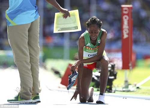 """Chạy 3000m chỉ 1 giày vẫn """"bay"""" vào chung kết Olympic - 6"""