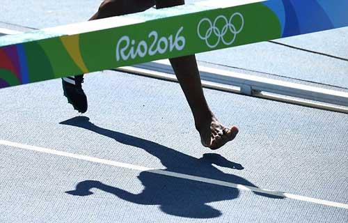 """Chạy 3000m chỉ 1 giày vẫn """"bay"""" vào chung kết Olympic - 5"""
