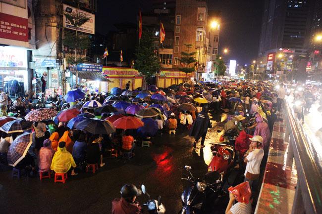 Ảnh: Biển người đội mưa nghe giảng kinh Vu Lan ở Hà Nội - 1
