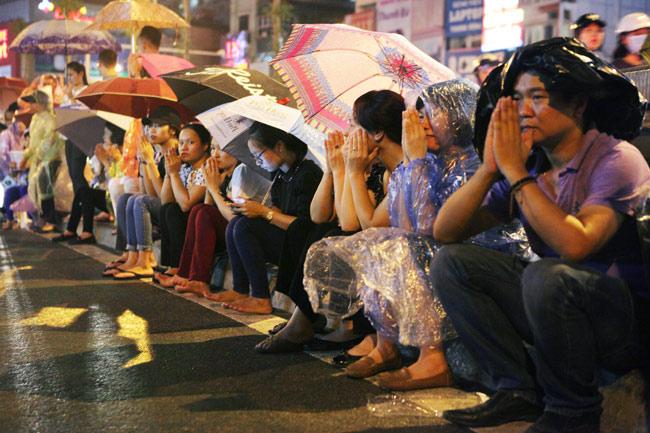 Ảnh: Biển người đội mưa nghe giảng kinh Vu Lan ở Hà Nội - 4