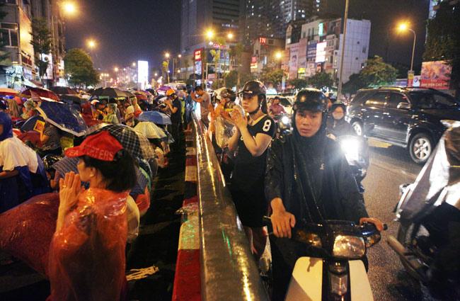 Ảnh: Biển người đội mưa nghe giảng kinh Vu Lan ở Hà Nội - 10