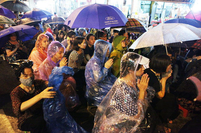 Ảnh: Biển người đội mưa nghe giảng kinh Vu Lan ở Hà Nội - 9