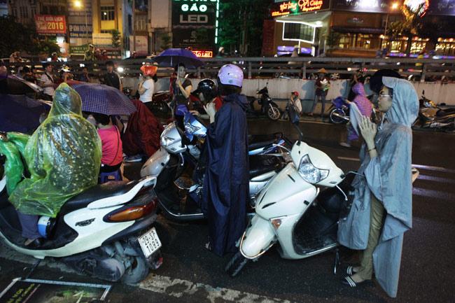 Ảnh: Biển người đội mưa nghe giảng kinh Vu Lan ở Hà Nội - 11