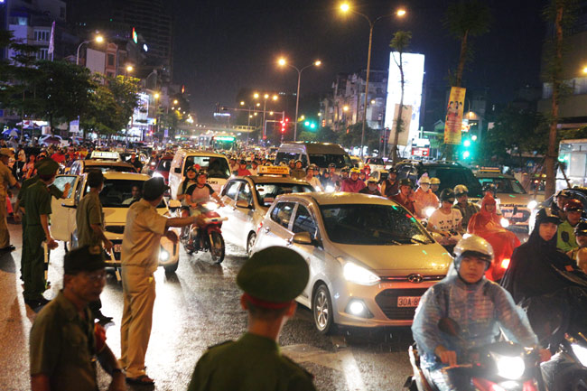 Ảnh: Biển người đội mưa nghe giảng kinh Vu Lan ở Hà Nội - 14