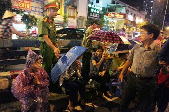 Ảnh: Biển người đội mưa nghe giảng kinh Vu Lan ở Hà Nội - 13