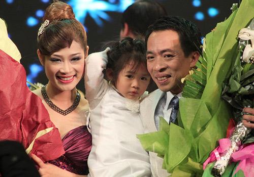 """Cuộc tình """"khó tin"""" của Việt Hoàn và cô vợ kém 18 tuổi - 3"""