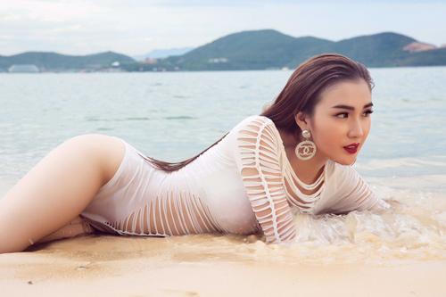 Mỹ nhân đội Phạm Hương sexy với áo tắm khoét xẻ - 7