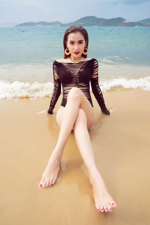 Mỹ nhân đội Phạm Hương sexy với áo tắm khoét xẻ - 9