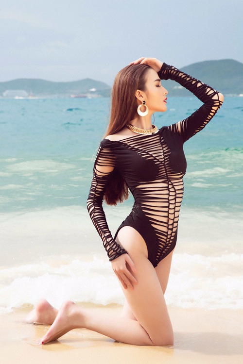 Mỹ nhân đội Phạm Hương sexy với áo tắm khoét xẻ - 8