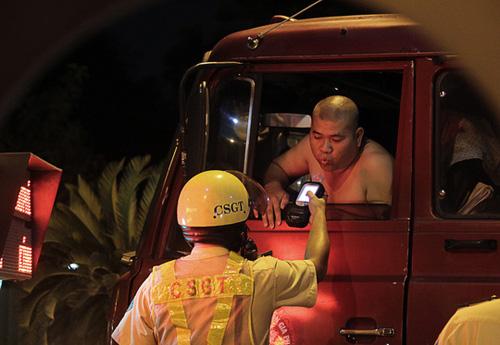 """Náo loạn đêm đầu CSGT chốt """"ma men"""" ở Sài Gòn - 4"""