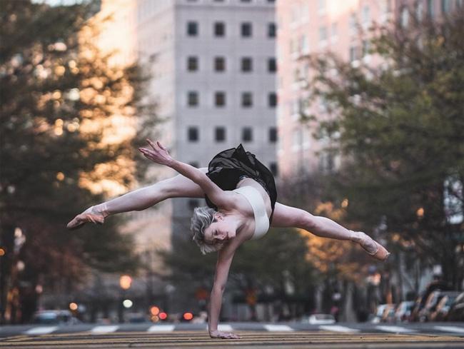 Mới đây, anh lại khiến dân mạng thích thú khi đăng tải những hình ảnh múa ba lê tuyệt đẹp trên trang Facebook cá nhân và Instagram