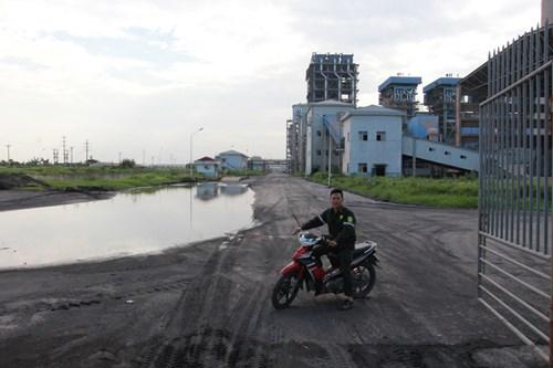Nhà máy đạm Ninh Bình tái hoạt động, công nhân đi vòng quanh vớt xác cá - 1