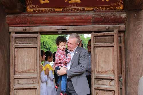 Đại sứ Mỹ đội mưa lên chùa làm lễ Vu Lan - 3