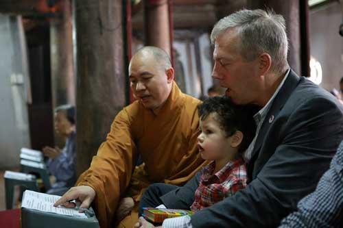 Đại sứ Mỹ đội mưa lên chùa làm lễ Vu Lan - 6