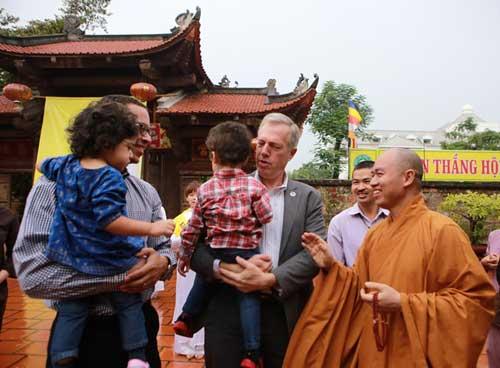 Đại sứ Mỹ đội mưa lên chùa làm lễ Vu Lan - 1