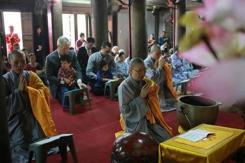Đại sứ Mỹ đội mưa lên chùa làm lễ Vu Lan - 7