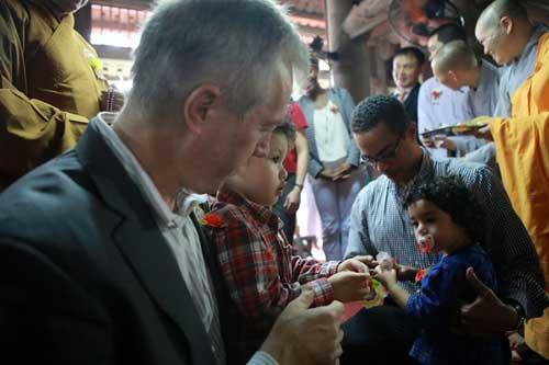 Đại sứ Mỹ đội mưa lên chùa làm lễ Vu Lan - 8